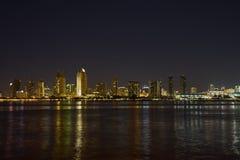 Orizzonte di San Diego, California alla notte fotografia stock libera da diritti