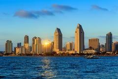 Orizzonte di San Diego, California dalla baia di Coronado fotografia stock