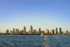 Orizzonte di San Diego con una barca a vela al tramonto Fotografie Stock