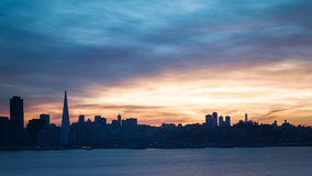 Orizzonte di San Francisco al tramonto Immagine Stock Libera da Diritti