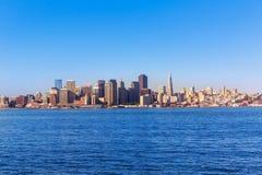 Orizzonte di San Francisco in California dall'isola del tesoro fotografie stock libere da diritti