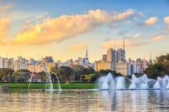 Orizzonte di Sao Paulo dal parco di Parque Ibirapuera Immagine Stock