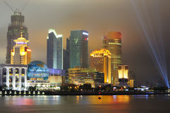 Orizzonte di Schang-Hai Pudong alla notte Immagini Stock