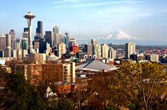 Orizzonte di Seattle con il monte Rainier Fotografie Stock Libere da Diritti