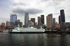 Orizzonte di Seattle con il traghetto Immagine Stock Libera da Diritti