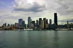 Orizzonte di Seattle con il traghetto messo in bacino Immagine Stock