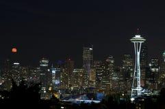 Orizzonte di Seattle con la luna piena Fotografia Stock Libera da Diritti