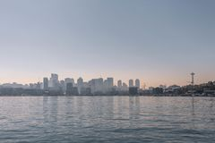 Orizzonte di Seattle dal suono fotografia stock libera da diritti