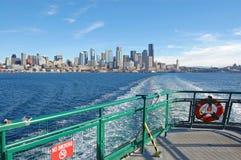 Orizzonte di Seattle dal traghetto Fotografia Stock