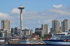 Orizzonte di Seattle e della nave da crociera Immagine Stock