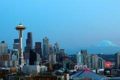 Orizzonte di Seattle nel tramonto con l'ago e la montagna dello spazio più piovosi Immagini Stock Libere da Diritti