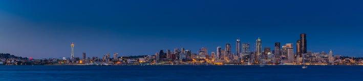 Orizzonte di Seattle nella penombra con il chiaro cielo Fotografie Stock