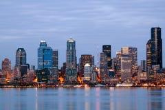 Orizzonte di Seattle Washington a penombra Fotografia Stock