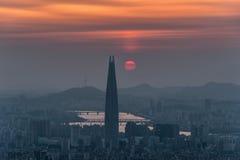Orizzonte di Seoul, la migliore vista della Corea del Sud della Corea del Sud con il centro commerciale del mondo di Lotte alla f fotografia stock libera da diritti