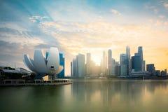 Orizzonte di Singapore al porticciolo durante la penombra Immagini Stock Libere da Diritti