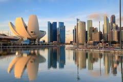 Orizzonte di Singapore al porticciolo durante la penombra, punto di vista di Marina Bay fotografia stock