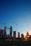 Orizzonte di Singapore alla sera Immagini Stock Libere da Diritti