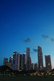 Orizzonte di Singapore alla sera Immagine Stock Libera da Diritti