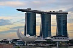 Orizzonte di Singapore con il museo di Marina Bay Sands ArtScience Immagini Stock
