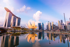 Orizzonte di Singapore e punto di vista di Marina Bay al crepuscolo Immagine Stock