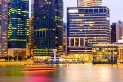 Orizzonte di Singapore e vista di esposizione lunga di Marina Bay Fotografia Stock Libera da Diritti
