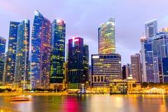 Orizzonte di Singapore e vista di esposizione lunga di Marina Bay Fotografia Stock
