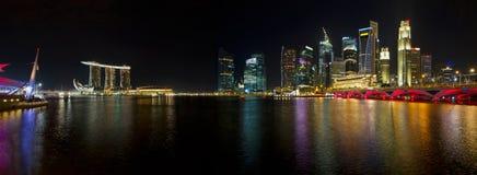 Orizzonte di Singapore a panorama di notte Immagini Stock