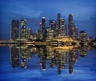 Orizzonte di Singapore riflesso sulla baia del porticciolo   Fotografia Stock Libera da Diritti