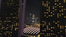 Orizzonte di Singapore di vista di notte che sorvola Marina Bay Sands Hotel colpo Viste aeree dell'orizzonte di Singapore alla no stock footage