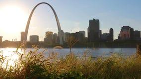 Orizzonte di St. Louis, Missouri ed arco dell'ingresso stock footage