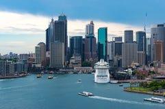 Orizzonte di Sydney CBD con splendore della fodera di crociera dei mari a Sydney immagini stock libere da diritti