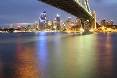 Orizzonte di Sydney con il ponticello del porto alla notte Fotografia Stock