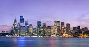 Orizzonte di Sydney dopo il tramonto Immagine Stock