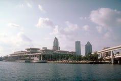 Orizzonte di Tampa, Florida con la baia in priorità alta Immagine Stock