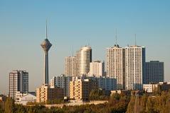 Orizzonte di Teheran e luce dei grattacieli di mattina fotografie stock libere da diritti
