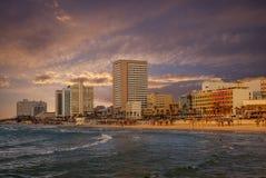 Orizzonte di Tel Aviv alla spiaggia di Frishman nell'Israele fotografia stock libera da diritti