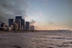 Orizzonte di Tel Aviv, Israele dalla spiaggia al crepuscolo immagine stock