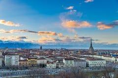 Orizzonte di Torino al crepuscolo, Torino, Italia, paesaggio urbano di panorama con la talpa Antonelliana sopra la città Luce e d Immagine Stock Libera da Diritti