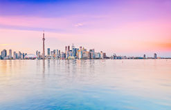 Orizzonte di Toronto al crepuscolo immagini stock libere da diritti