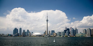 Orizzonte di Toronto con le nubi piacevoli Fotografia Stock Libera da Diritti