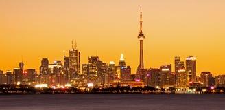 Orizzonte di Toronto dal parco della baia di Humber ad ovest fotografia stock