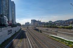 Orizzonte di Toronto e corridoio della ferrovia Immagini Stock Libere da Diritti