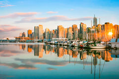 Orizzonte di Vancouver al tramonto, BC, il Canada fotografie stock libere da diritti