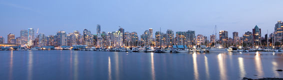 Orizzonte di Vancouver panoramico alla notte Fotografia Stock