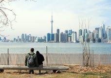 Orizzonte e coppie di Toronto su un banco Fotografia Stock Libera da Diritti