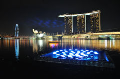 Orizzonte e fiume di Singapore con illuminazione Immagini Stock Libere da Diritti