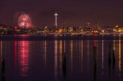 Orizzonte e fuochi d'artificio di Seattle Immagini Stock Libere da Diritti
