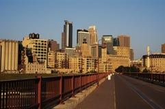 Orizzonte e passaggio pedonale di Minneapolis. Fotografia Stock