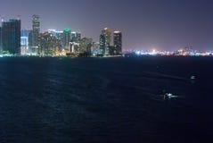 Orizzonte e porta di Miami Bayfront alla notte Immagini Stock