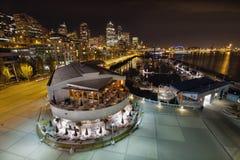Orizzonte e porticciolo della città di Seattle alla notte Fotografia Stock Libera da Diritti